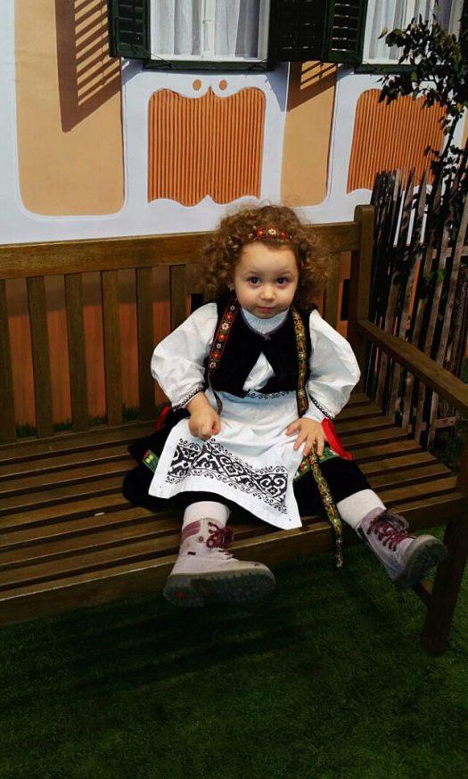 Die jüngste Trachtenträgerin, die kleine Elisabeth, fast 3, vor der Theaterkulisse