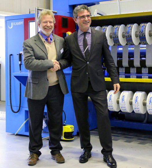 1000. Conslit, ein großer Erfolg für KAMPF. Von links: Stefano Pacini, CEO Plastilene; Lutz Busch, CEO KAMPF